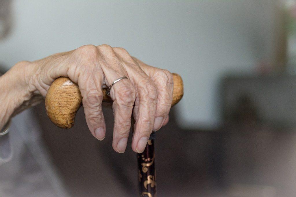 Dłoń starszej osoby potrzebującej opiekuna