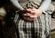 Starsza osoba na którą pobierany jest zasiłek opiekuńczy