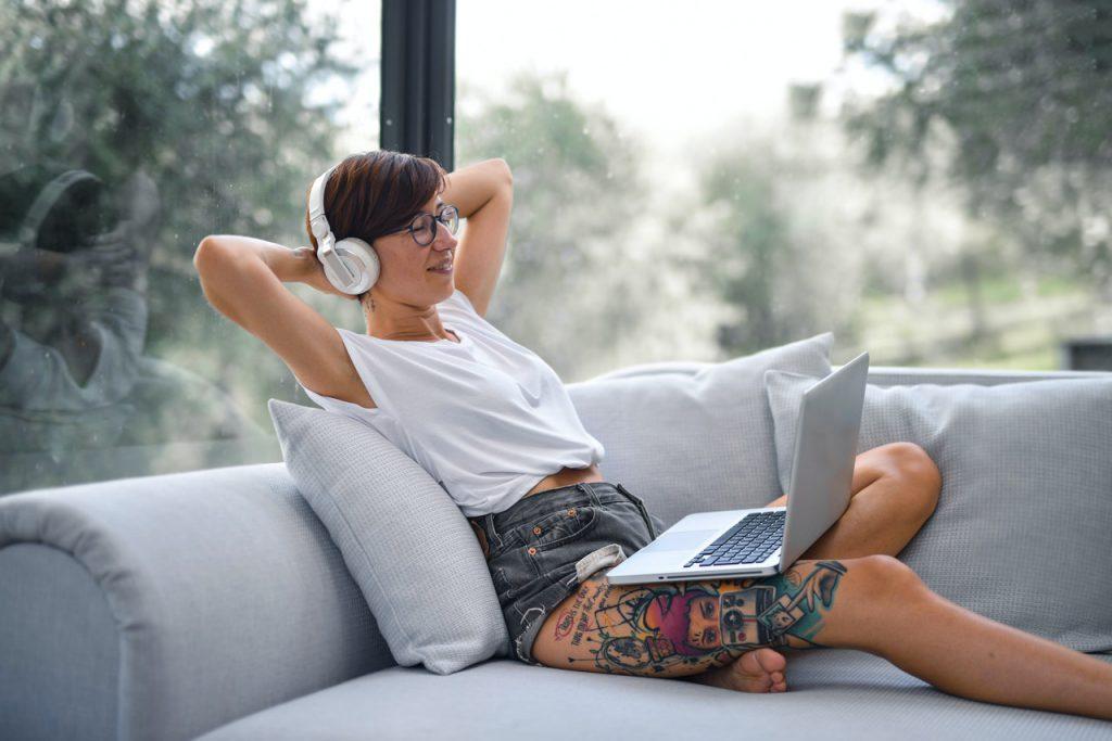 Znaczenie tatuaży damskim. Kobieta z tatuażem